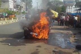 स्टार्ट करते ही कार में लगी आग - कार सवार ने कूदकर अपनी जान बचाई