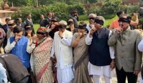 Delhi Violence: संसद परिसर में विपक्ष का विरोध-प्रदर्शन, आंखों पर पट्टी बांध पहुंचे TMC सांसद