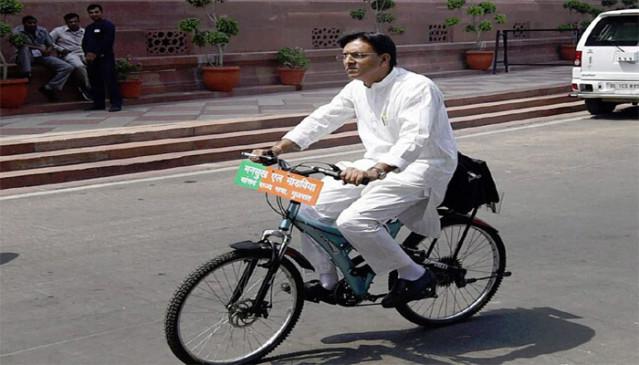 केंद्रीय मंत्री मांडविया साइकिल से जाते हैं संसद, पर्यावरण संरक्षण को भी प्राथमिकता