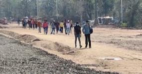 दो जून की रोटी और मुश्किलें हजार, नागपुर से मध्यप्रदेश पैदल ही रवाना हो गए मजदूर, एक कामगार भूखा–प्यासा पहुंचा सिंदेवाही