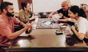 लॉकडाउन में परिवार संग बोर्डगेम खेलती नजर आईं अनुष्का
