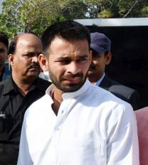 बिहार : मोदी की अपील को मिला राजद का साथ, तेजप्रताप, राबड़ी ने जलाए लालटेन