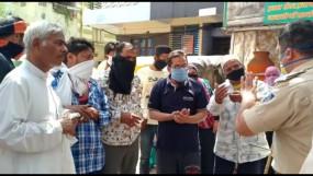 हद है: इंदौर में कोरोना संदिग्ध महिला को मेडिकल के लिए लेने गई टीम पर पथराव, दिल्ली के क्वारैंटाइन सेंटर में चिकित्सक पर थूका