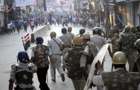 भीड़ ने पुलिस टीम पर किया हमला, एक पुलिसकर्मी घायल