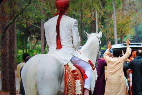 लॉकडाउन: शादी की बेताबी दूल्हे को पड़ी भारी जब पुलिस ने उन्हें पकड़कर...