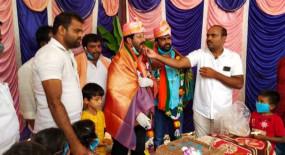 Karnataka: बीजेपी विधायक ने उड़ाई नियमों की धज्जियां, लॉकडाउन में बर्थडे पार्टी का आयोजन, बिरयानी भी परोसी