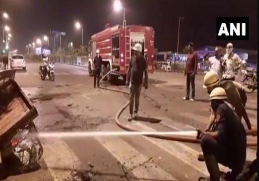 सूरत में बवाल: लॉकडाउन से परेशान  प्रवासी मजदूर सड़कों पर उतरे, वाहनों को लगाई आग और तोड़फोड़