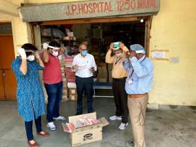 कोरोनावायरस: मध्य प्रदेश के दो युवाओं स्क्रीन शीट से तैयार किया मास्क, कीमत महज 10 रुपये