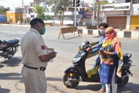 कड़ी धूप में खड़ा कर पुलिस दिखाएगी की 3 घंटे की करोनो फिल्म - लॉकडाउन तोडऩे वाले सावधान रहें