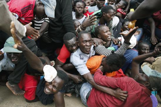 Kenya: लॉकडाउन में भूख से तड़प रहे लोग, तस्वीरों में देखें कैसे खाना जुटाने के लिए मच गई भगदड़