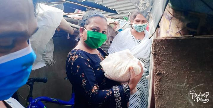 किन्नरों की उदारता , भूखों को बांट रहेखाद्य सामग्री
