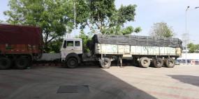 लॉकडाउन में बीच रास्ते फंसे ट्रक ड्राइवर, अनलोडिंग का इंतजार (लीड-1)