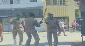 सीतापुर: ड्यूटी की बात पर भड़का हेड कांस्टेबल, बीच सड़क पर दरोगा को डंडे से पीटा, वीडियो वायरल