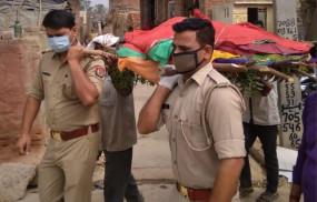 सहारनपुर: बेसहारा महिला की मौत होने पर बेटे बने पुलिसवाले, कंधा देकर किया अंतिम संस्कार
