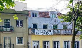 अजब-गजब: लॉकडाउन में परेशान पत्नी ने घर के बाहर लगाया पति को बेचने के लिए बोर्ड