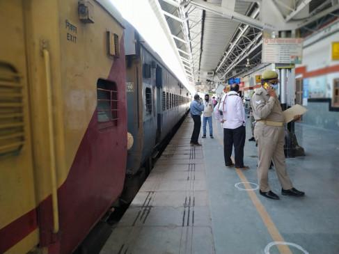 Lockdown: रेलवे आज चला रहा 9 स्पेशल AC ट्रेनें, 1.69 लाख लोगों ने कराया रजिस्ट्रेशन, देखिए पूरी लिस्ट