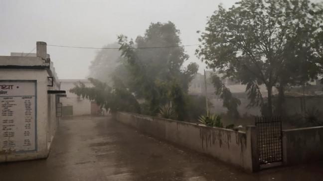 70 किलोमीटर प्रति घंटा की रफ्तार से आई धूल भरी आंधी
