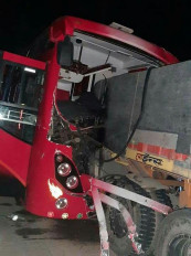 बिहार के मजदूरों से भरी बस ट्रक से भिड़ी-एनएच 30 पर हुआ हादसा,चालक समेत कई घायल