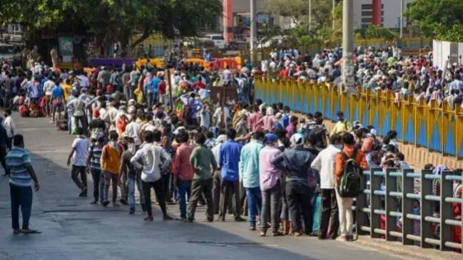 फिर ट्रेन पकड़ने बांद्रा स्टेशन पर जुटे सैकड़ों प्रवासी मजदूर, पहले से आवेदन करने वालों को ही मिली इजाजत