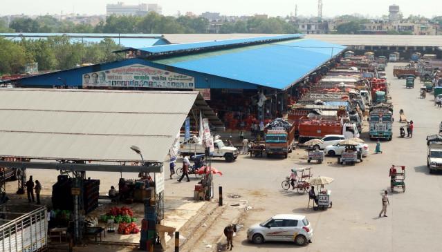 कोरोना के बढ़ते मामले के बावजूद दिन-रात खुली है आजादपुर मंडी
