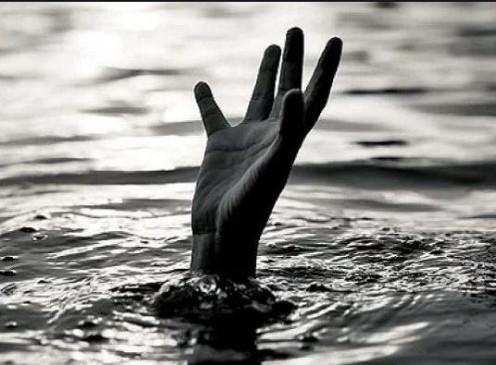 तालाब में घुसी बाइक, युवक की मौत , दो गंभीर