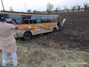 छिंदवाड़ा से मजदूरों को लेकर निकली बस नरसिंहपुर में पलटी, 25 घायल