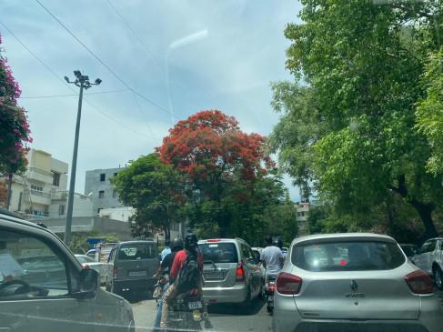 दिल्ली-गाजियाबाद सीमा पर भीड़, ट्रैफिक हुआ धीमा