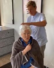 मां के 90वें जन्मदिन पर एलेन डीजेनरेस ने किया उनका हेयरकट