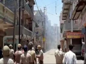गुजरात: सूरत में प्रवासी मजदूरों ने घर जाने की मांग को लेकर पथराव किया, पुलिस ने भांजी लाठियां