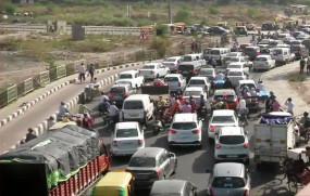 Delhi-Ghaziabad Border: सीमा सील होने से दिल्ली-गाजियाबाद बॉर्डर पर लगा भारी जाम