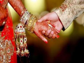 पत्नी के लॉकडाउन में फंसने के बाद, पति ने चचेरी बहन से की शादी