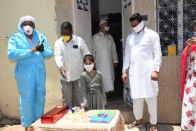 जबलपुर पुलिस की अनूठी पहल - कंटेनमेंट क्षेत्र में ओमती पुलिस ने मनवाया 05 वर्ष की बच्ची आयरा का जन्मदिन