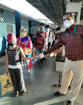 घर लौटने की खुशी- खिल उठे चेहरे जब विशेष ट्रेन में मिली सीट, 225 मजदूर हुए रवाना