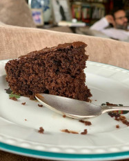 करीना ने लिया चॉकलेट केक का स्वाद