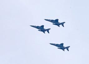 कोविड-19 : वायुसेना ने कोरोना वॉरियर्स के जज्बे को किया सलाम, योद्धाओं पर हुई पुष्पवर्षा
