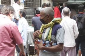 राजस्थान में शराब की दुकानों के बाहर लगी शराब प्रेमियों की कतार