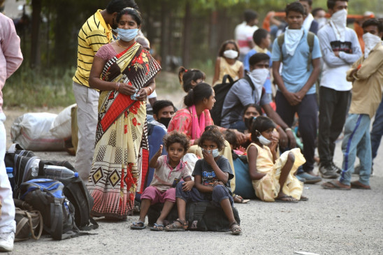 श्रमिकों के पैरों में छाले देख पिघला मन, आगरा निवासियों ने उपलब्ध कराए जूते-चप्पल