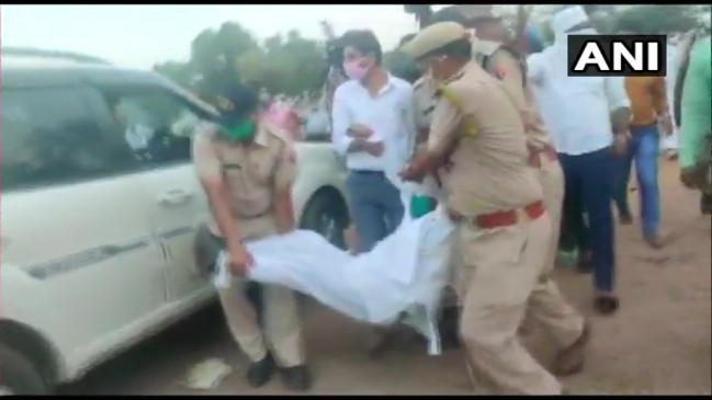 Uttar Pradesh: कांग्रेस की 1000 बसों का 'बवाल', प्रियंका गांधी के सचिव पर एफआईआर दर्ज