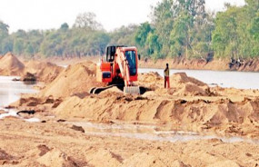 पोकलेन मशीन से निकाली जा रही थी रेत - गोसलपुर पुलिस ने मशीन व ट्रैक्टर जब्त किया