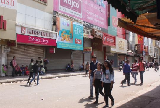 दिल्ली में खुलने लगी है दुकानें, लेकिन बड़े बाजार अभी भी बंद