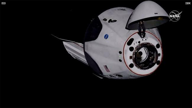 स्पेसएक्स के क्रू ड्रैगन ने रचा इतिहास, अंतरिक्ष केंद्र पहुंचा