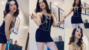 सनी लियोन का ब्लैक शॉर्ट ड्रेस में ग्लैमर, पति संग किया कुछ ऐसा...देखें वीडियो
