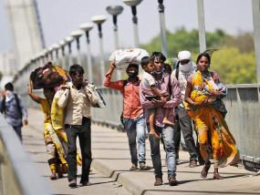 Migrants Movement: औरंगाबाद हादसे पर SC ने कहा- अगर मजदूर ट्रैक पर सो जाए तो क्या कर सकते हैं?