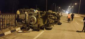 टायर फटने से मजदूरों को ले जा रही टैक्सी पलटी 6 घायल