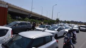दोपहर से रात तक दिल्ली यूपी बार्डर पर लगी रही भीड़, रेंगता रहा ट्रैफिक
