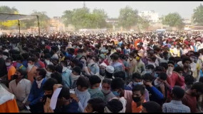 प्रवासी श्रमिकों की भीड़ गाजियाबाद रामलीला मैदान में जुटी, प्रशासन के छूटे पसीने