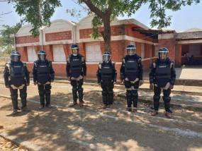 खाली हाथों से तेंदुए को पकड़कर अधिकारी ने बचाई लोगों की जान