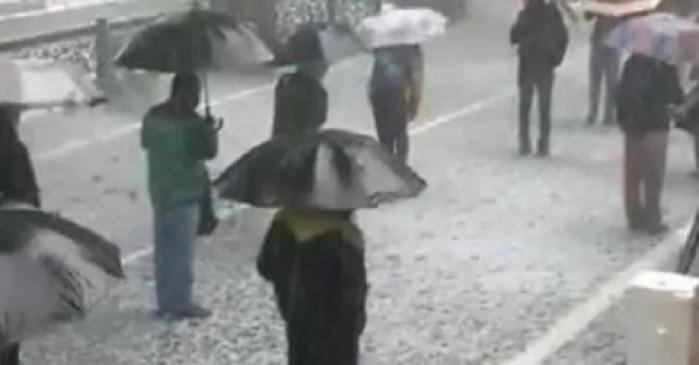 उत्तराखंड: नैनीताल में भारी बारिश और ओले में भी नहीं डिगे कदम, शराब के लिए लाइन में घंटों भीगते रहे लोग