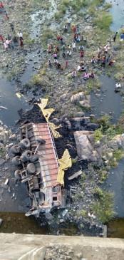 पुल से 100 फिट नीचे गिरा ट्रक, चालक-क्लीनर की मौत - बाणसागर सोन नदी पुल में हादसा