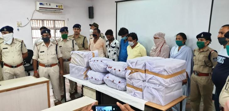 9 कार्टून कफ सीरप के साथ 20 किलो गांजा व नशीली दवाइयां जब्त, 6 गिरफ्तार